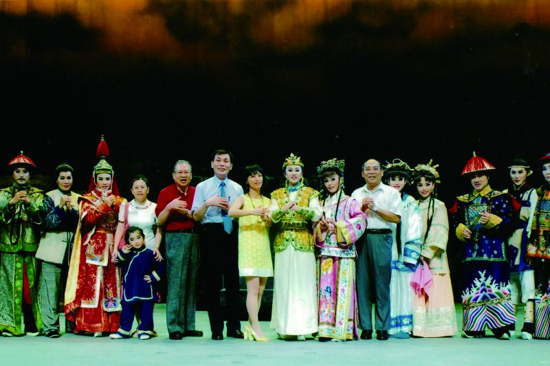 明華園是東和外科診所受邀表演團體,讓臺東感受到在地藝術文化薰陶。左七為顏國順院長。(圖/東和外科診所)