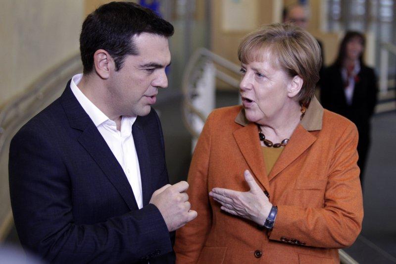 德國總理梅克爾(右)與希臘總理齊普拉斯(左)25日在會場外交談。(美聯社)