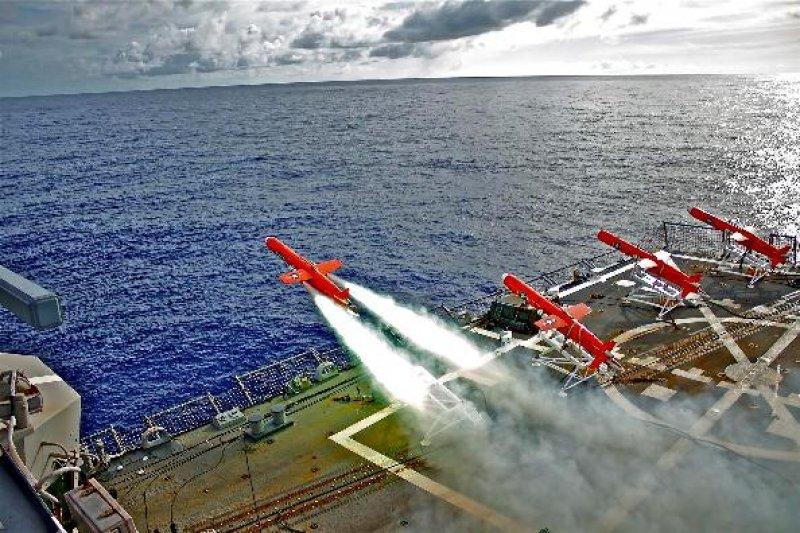 美軍BQM-74無人機在拉森號的甲板上起飛。(翻攝美國海軍官網)
