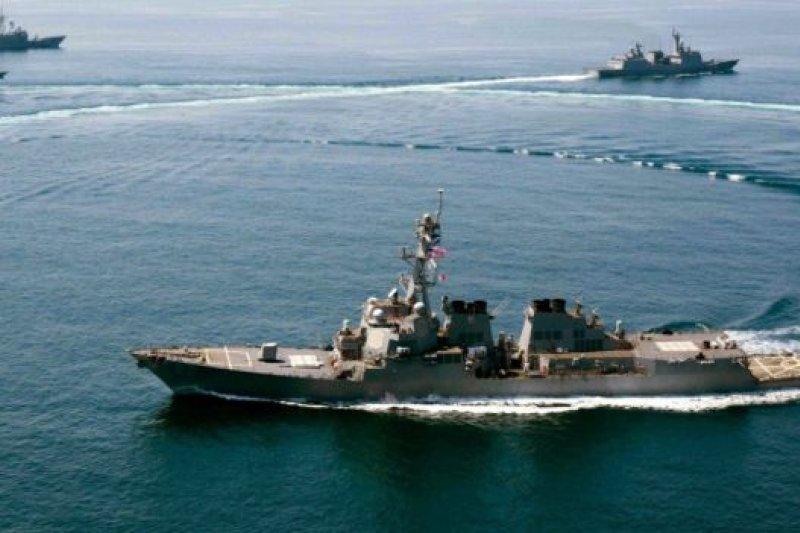 美軍派遣「拉森」號導彈驅逐艦巡航南中國海人工島礁12海浬海域,引發中國強烈抗議。(BBC資料圖片)