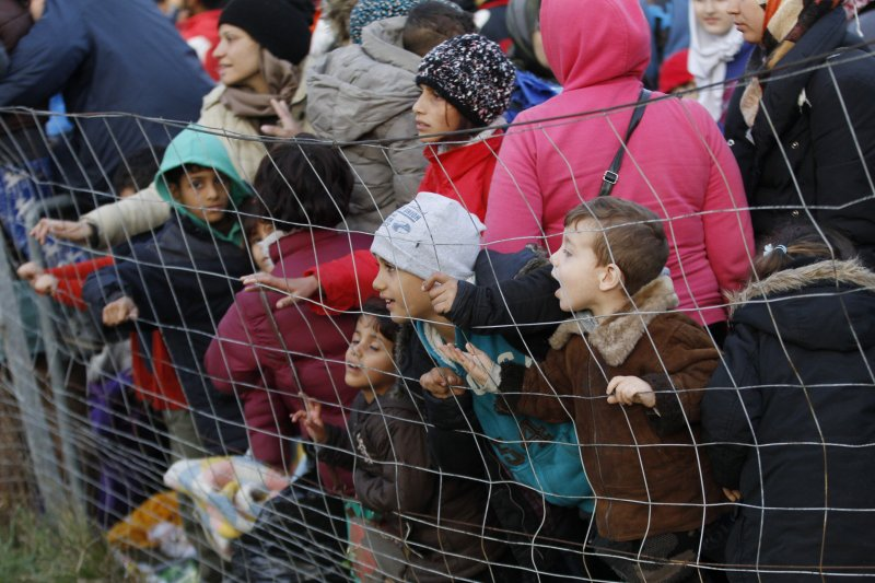 在奧地利邊界的難民。(美聯社)