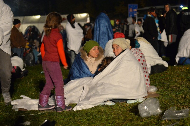 在奧地利、德國邊界草地上等待的難民。(美聯社)