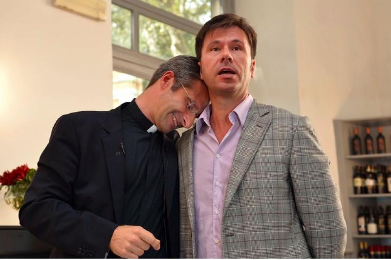 卡倫薩神父(左)依偎在靠在男友肩上。(取自網路)