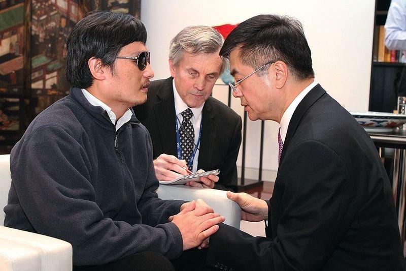 時任美國駐中國大使的駱家輝(圖右)在陳光誠在抵達大使館後,全力協助。(圖:Handout / Getty Images News / Getty Images/八旗文化提供)