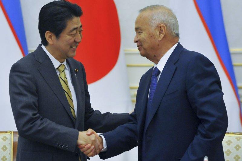 日本首相安倍晉三與烏茲別克總統卡里莫夫(Islam Karimov)(美聯社)