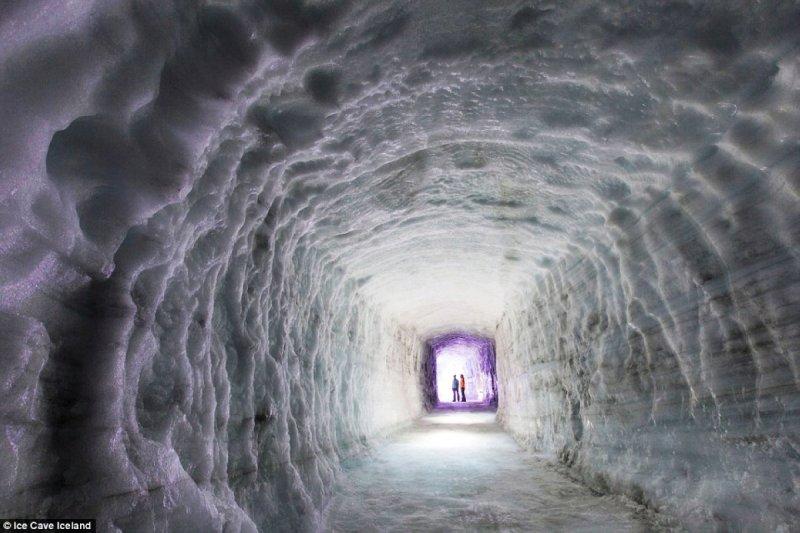 穿越全球最大的人造冰川隧道。( 圖/Dailymail )