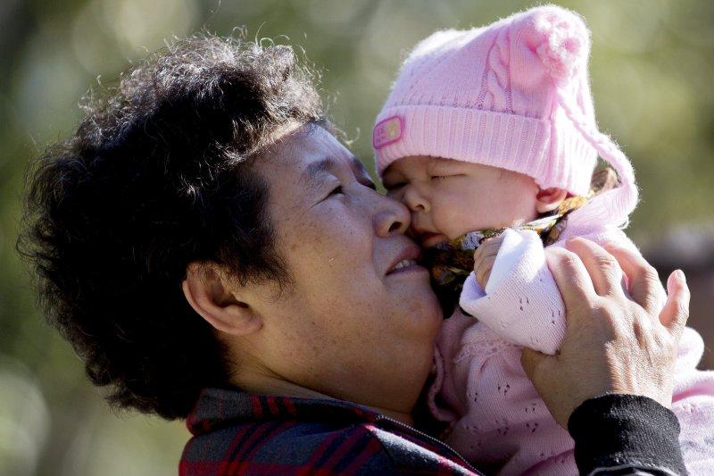 許多孩子相依為命不是爸爸、也不是媽媽,而是已近花甲之年的阿嬤。(資料照,美聯社)