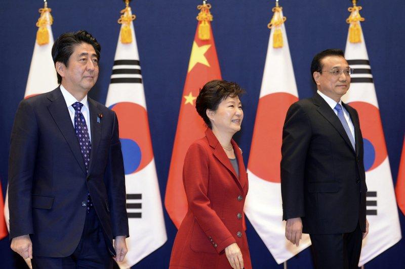 韓中日領導人會議落幕,(左起)日本首相安倍晉三、南韓總統朴槿惠、中國總理李克強舉行記者會(美聯社)