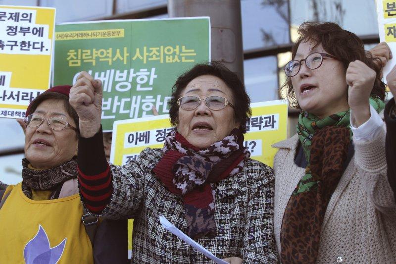 南韓的慰安婦阿嬤在會場外抗議日本首相安倍晉三來訪(美聯社)