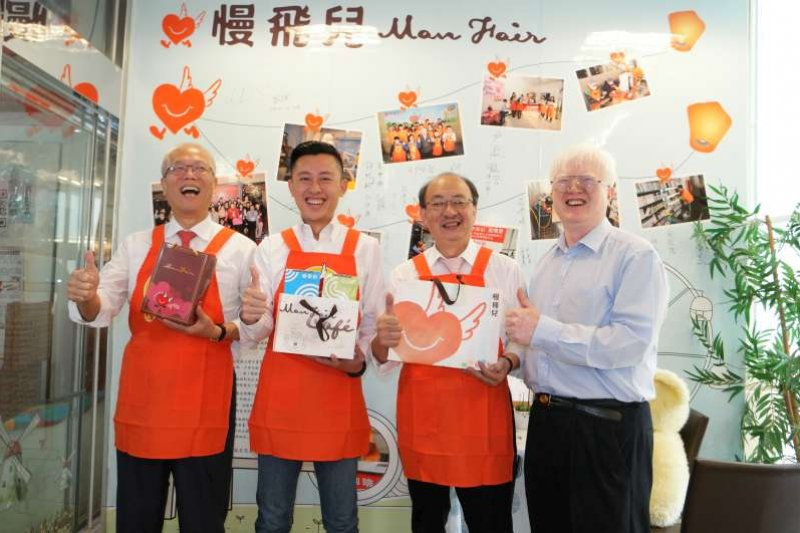 新竹市長林智堅(左2)頒獎給愛恆中心主任戴耀賽(圖右)。(取自新竹市政府網頁)
