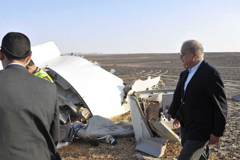 俄羅斯客機失事現場曝光,埃及總理伊斯梅爾(Sherif Ismail)巡視,慘不忍睹。(美聯社)