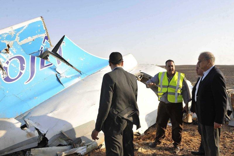 埃及總理伊斯梅爾(右)31日巡視失事地點。(美聯社)