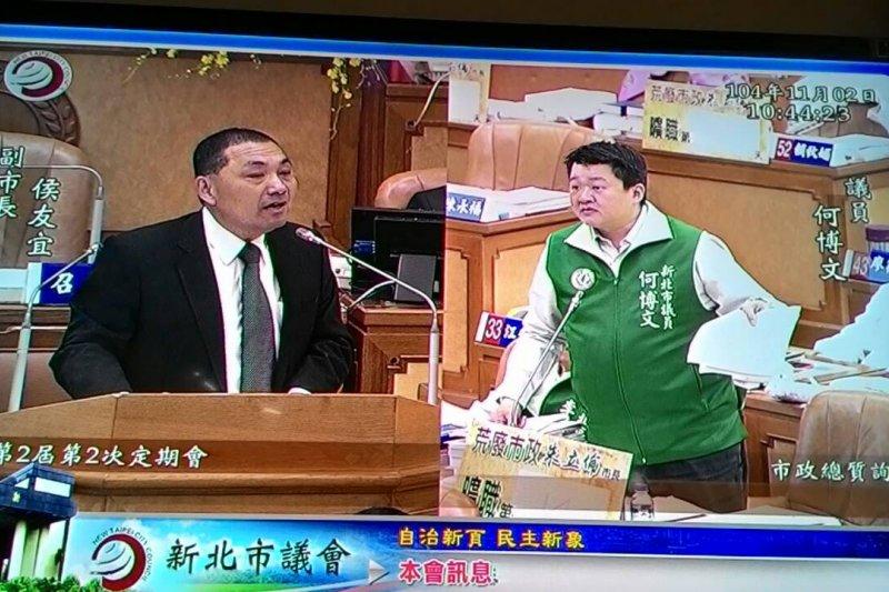 新北市議員何博文(右)2日在新北市議會質詢侯友宜(左)。(取自何博文臉書)