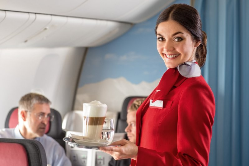 空姐平時受訓著重的不是服務客人,而是模擬各種狀況,才能從容面對突發事件。(圖/翻攝自網路)