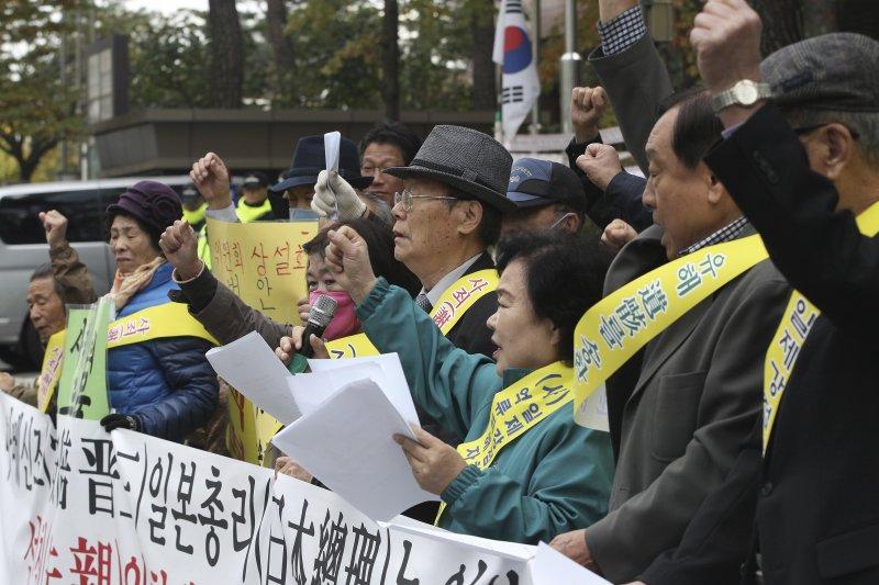 南韓的二戰受害者遺族在日本駐首爾大使館外示威抗議,反對安倍來訪。(美聯社)