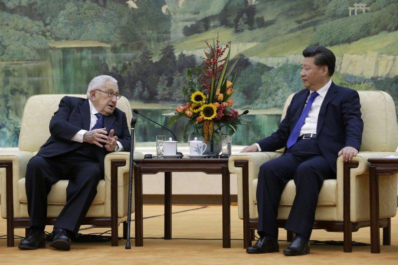 季辛吉與習近平,2015年11月。(美聯社)