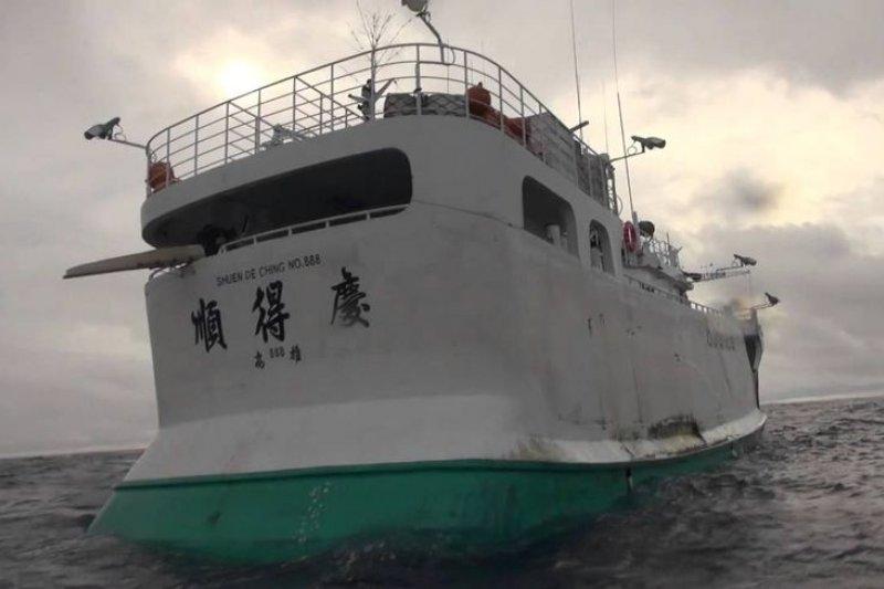 「順得慶888號」漁船非法捕鯊割魚。(截取自youtube)
