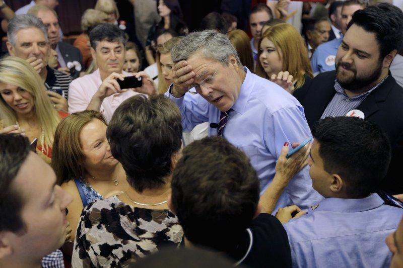 傑布布希(擦汗者)宣布投入爭取共和黨總統提名後,民調直直落。(美聯社)
