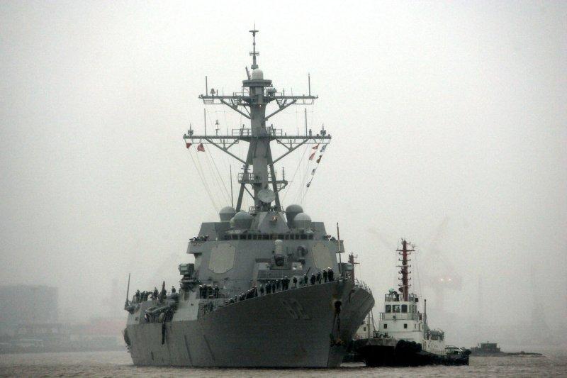 停泊在中國上海進行港口訪問的美國驅逐艦拉森號。(美聯社)