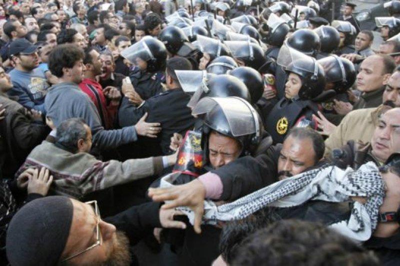 2011年示威者抗議穆巴拉克執政長達30年,與警方爆發衝突。(BBC中文網)