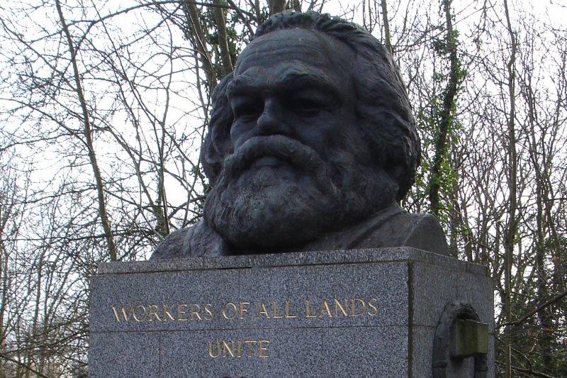馬克思的墓碑上除了他的頭像,還有那句著名的「全世界無產者,聯合起來!」的英文版本。但今後無產階級若繳不起入園費,恐怕不能再親自到馬克思的墳前向他致意了。(維基百科)