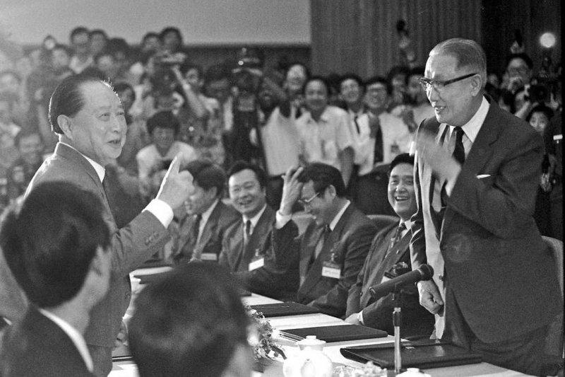 1993年4月27日,辜振甫與汪道涵在新加坡舉行第一次「辜汪會談」(取自網路)