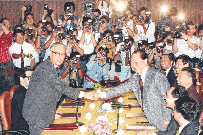 九二香港會談後,1993年4月27日,辜振甫與汪道涵在新加坡舉行第一次「辜汪會談」(取自網路)