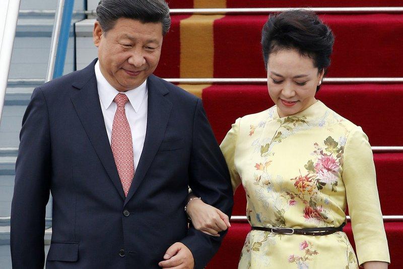 中國國家主席習近平與夫人彭麗媛抵達越南首都河內進行國是訪問(美聯社)