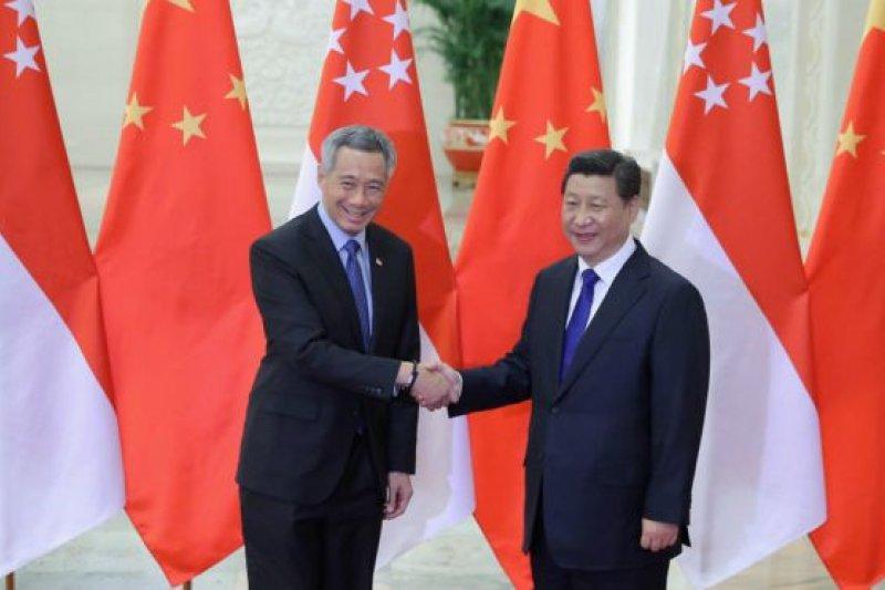 習近平曾經在2010年新中慶祝建交20週年時,以中國國家副主席的身份訪問新加坡(圖為新加坡總理李顯龍2014年11月9日訪華時與習近平會面資料照片)。(BBC中文網)