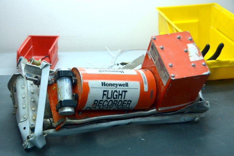 黑盒子裡面包含信標器、記憶體、電路板,但失事的F-16目前僅尋獲發射訊號的「信標器」,最關鍵的「記憶體」下落不明。(資料照,美聯社)