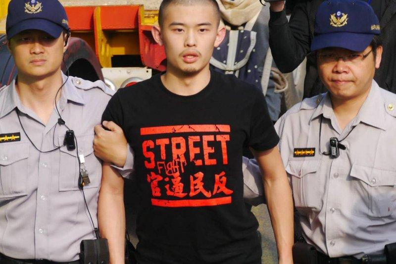 民主鬥陣王雲祥(中)等4名青年將前往新加坡抗議,王雲祥的父親是前總統李登輝辦公室主任王燕軍。(取自王雲祥臉書)