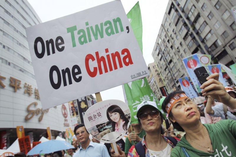 兩岸問題始終存在,而面對中國的惠台31項,作者指出,年輕人能當大陸的老闆問你:「台灣屬不屬於中國?」你要不情願地說出那個是嗎?還是堅決地說不,然後走人呢?(資料照,美聯社)