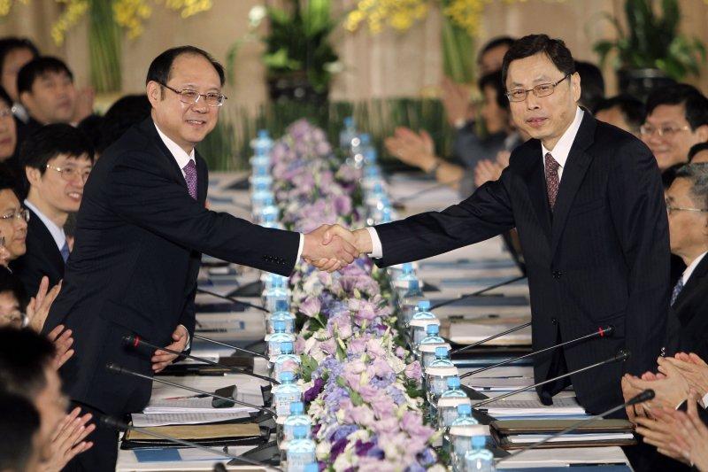 明年ECFA是否生變是兩岸關係的溫度計;圖為2010年ECFA談判台北會商,海基會副董事長兼秘書長高孔廉(右)與海協會常務副會長鄭立中(左)握手(資料照片,美聯社)