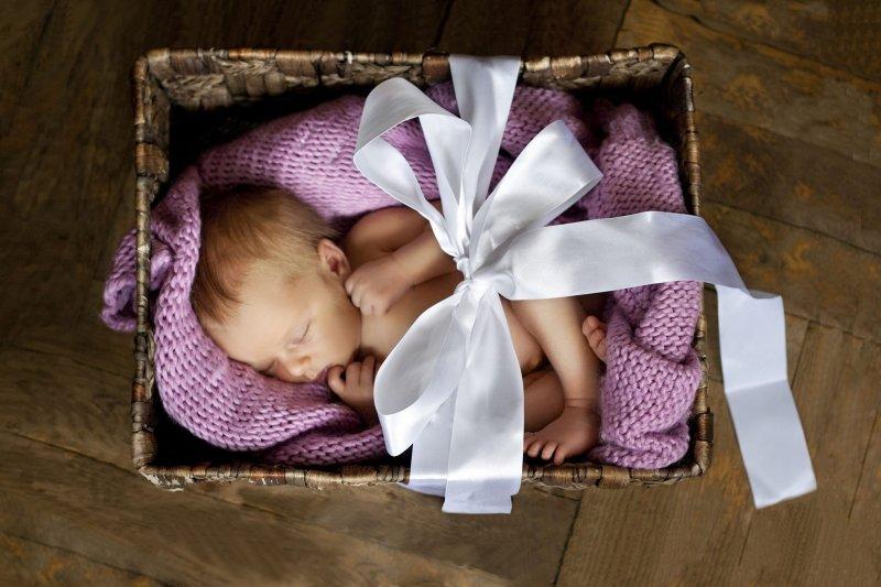 每個芬蘭人都是睡著由芬蘭政府贈送的「百寶箱Maternity Box」慢慢長大的。(圖/Finnish_Baby_Box粉絲專頁)