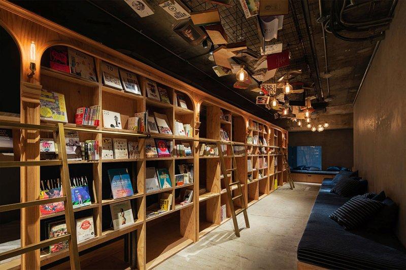 將大型書架作為主要裝潢,安排旅客睡進木質書架隔間的單人房內。(圖/Book_and_Bed_Tokyo)