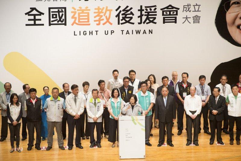 民進黨總統參選人蔡英文(中)6日晚間表示,她要提醒馬英九總統,台灣人民有選擇自己未來的權利。(民進黨提供)