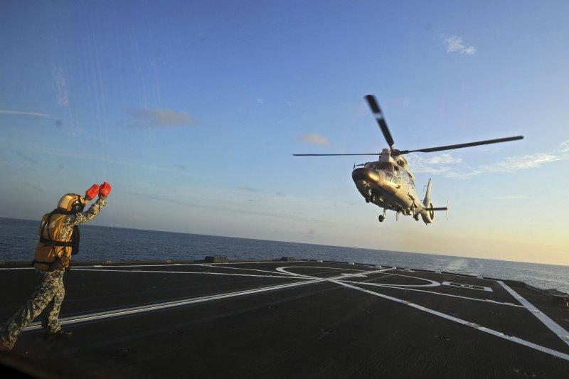 中國戧解放軍直-9 直昇機降落在玉林號飛彈護衛艦上(美聯社)