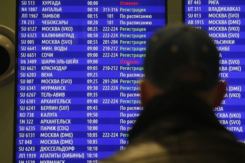 聖彼得堡的機場看板上顯示,飛往埃及的航班全部遭到取消。(美聯社)