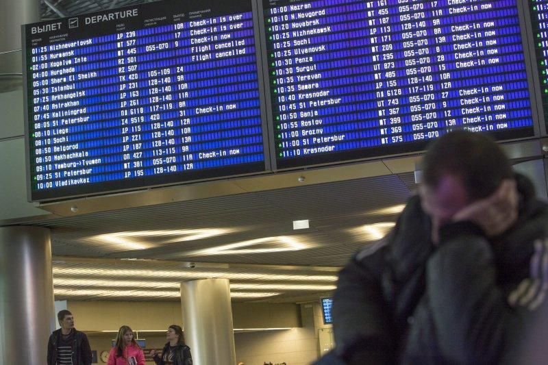 莫斯科機場一位旅客在埃及航班全部取消的看板前休息。(美聯社)