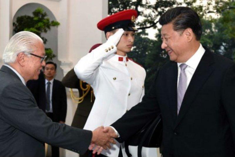 新加坡總統陳慶炎與中國國家主席習近平。(BBC中文網)