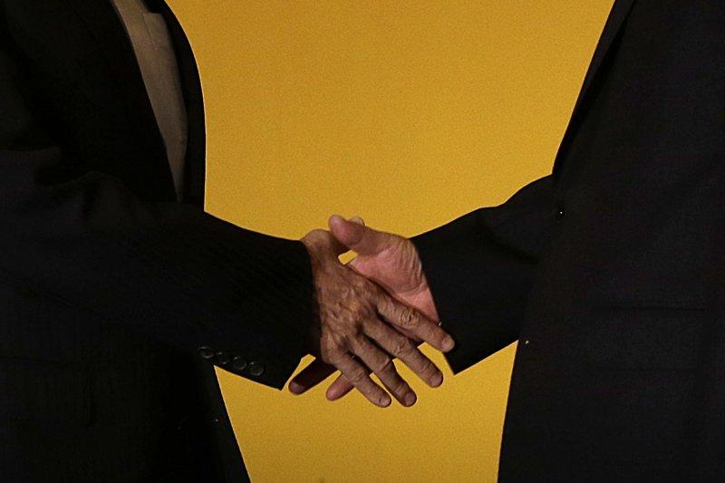 2015年11月7日馬習會,馬英九(左)與習近平的「世紀之握」(美聯社)