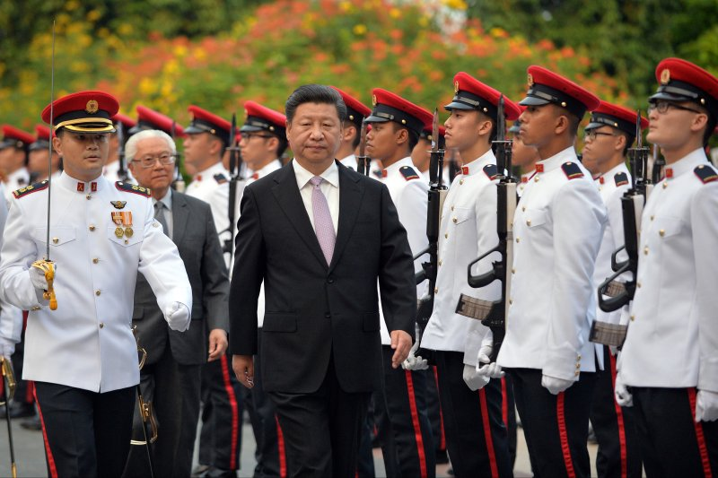 習近平6日訪問新加坡,檢閱儀隊。(美聯社)