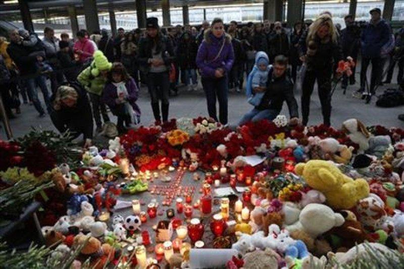 聖彼得堡機場外聚集大量民眾為悼念空難受害者(取自美聯社)