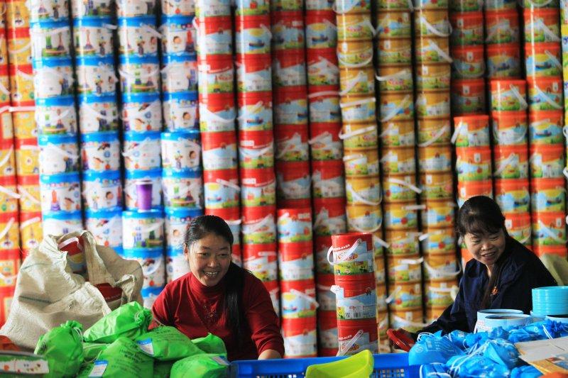 11月5日,在浙江省溫州市永嘉縣橋下鎮「淘寶村」——西嶴村,一家網店員工為即將到來的「雙11」購物節備貨。(新華社)