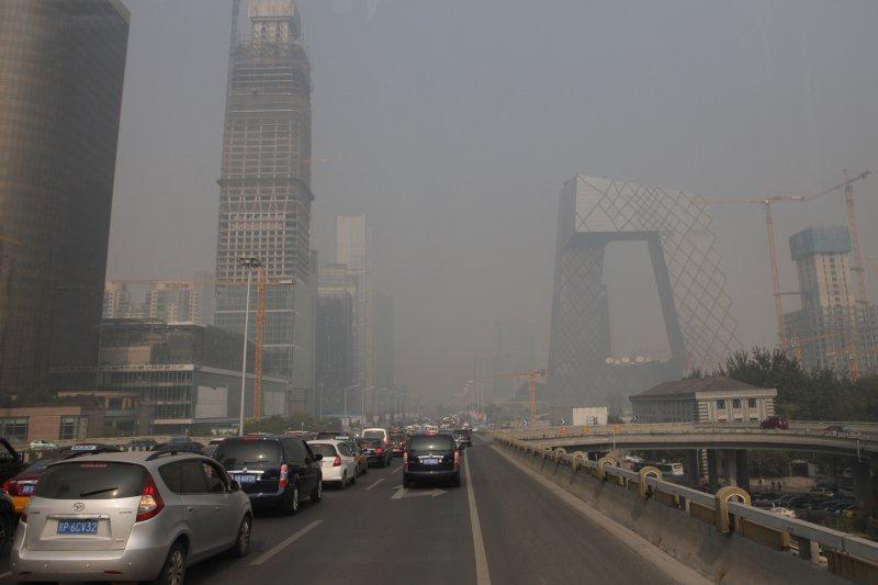 10月16日,受霧霾天氣影響,北京城區能見度下降。(新華社)