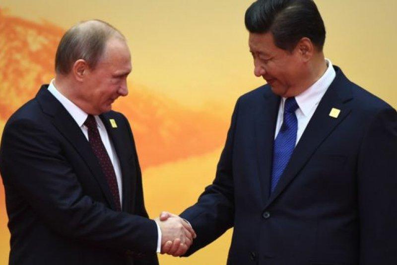 習近平2014年在北京舉辦的APEC上歡迎俄羅斯總統普京。(BBC中文網資料照片)