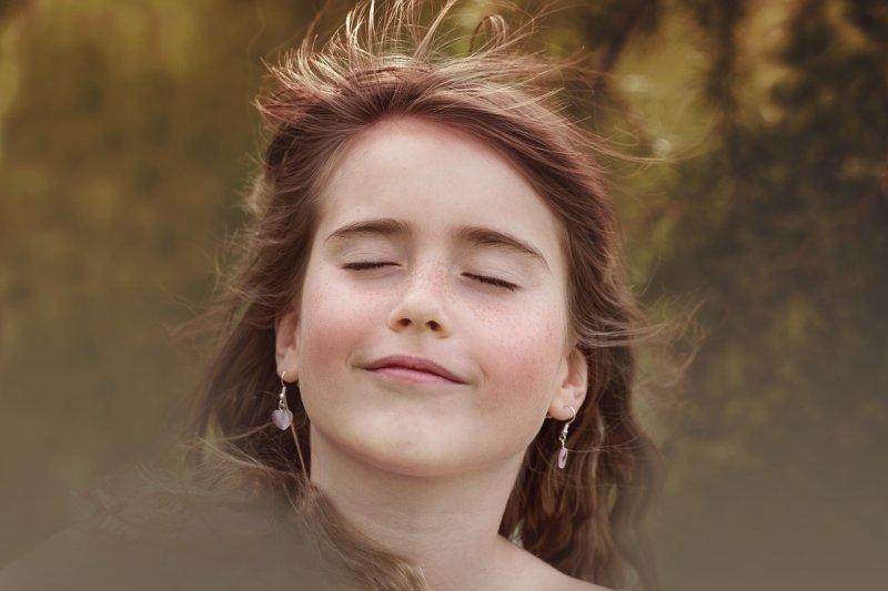 微笑使臉頰上提,法令紋變淡(圖/Pezibear@pixabay)