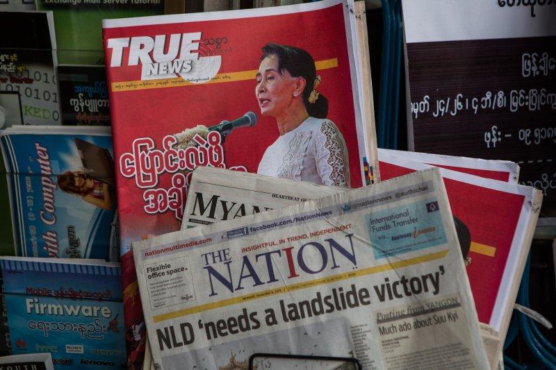 緬甸這兩天的報章頭條全是翁山蘇姬與全民盟。(美聯社)