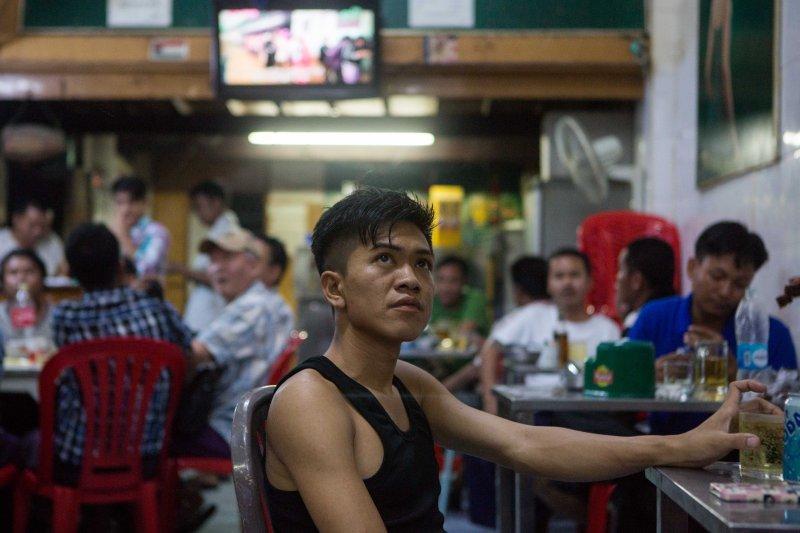 緬甸大選,仰光酒館裡的民眾。(美聯社)