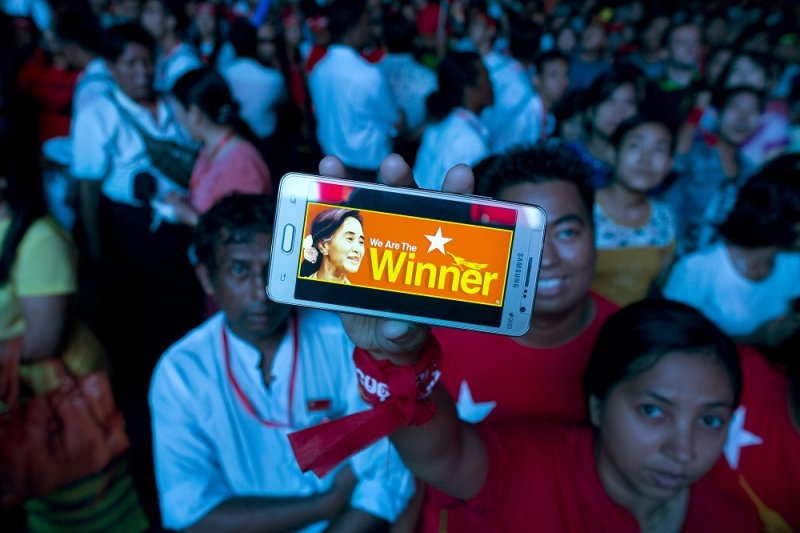 「全國民主聯盟」支持者手機上的翁山蘇姬照片(美聯社)